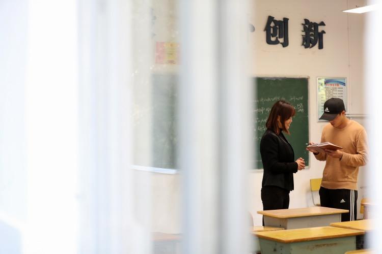 刘翔向一名老资历的班主任请教。