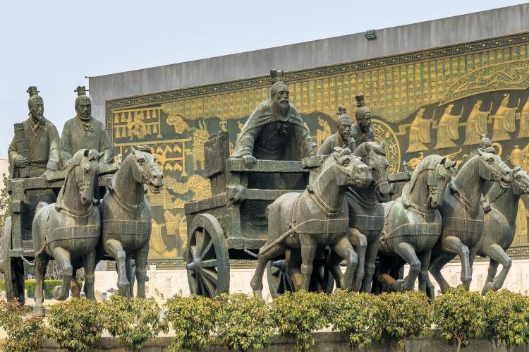 """《早期儒家有""""武德"""", 并非文弱书生》儒源自三代封建贵族技艺,当时封建贵族是一群车战骑士,这些封建贵族的武力技能本身就是儒生的重要修身内容。图为孔子周游列国雕塑。"""