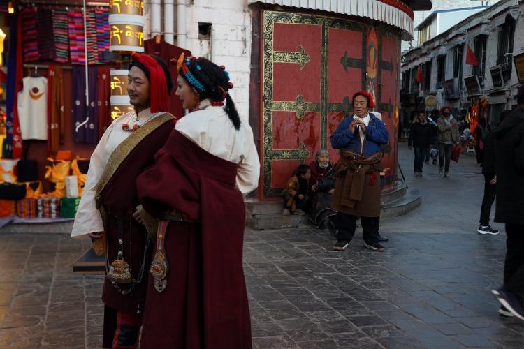 部分来拉萨旅游的游客喜欢换上一身藏族民族服饰,在八廓街拍摄旅游写真。