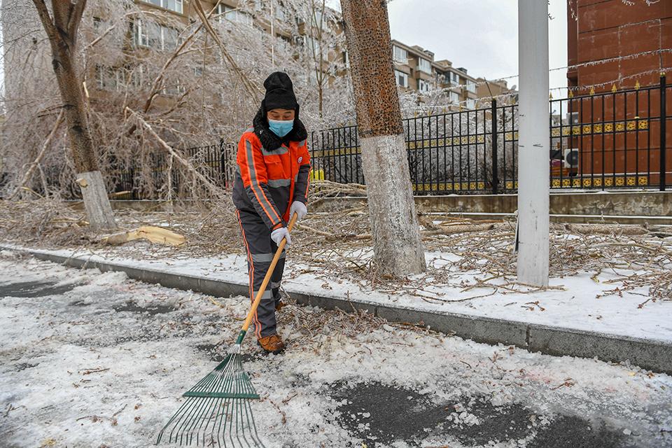 快評冬天灑水致道路結冰事件頻頻發生,為何總不吸取教訓?
