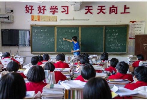 教师在课堂飙荤段子,不止是师德堕落,更涉嫌性骚扰