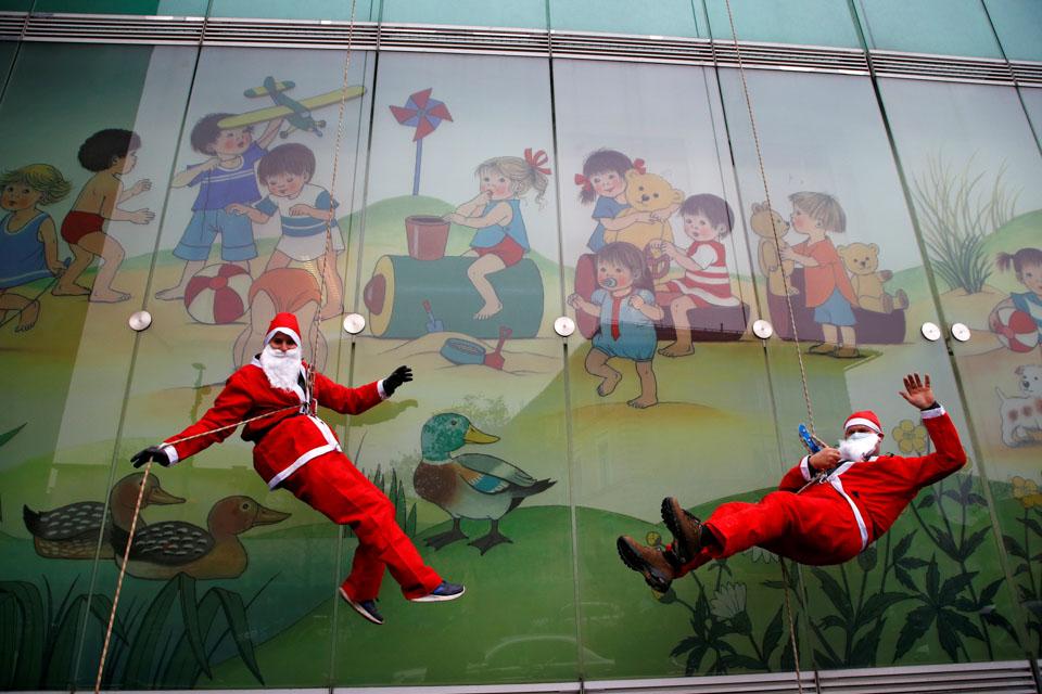 """圣誕老人""""從天而降"""""""