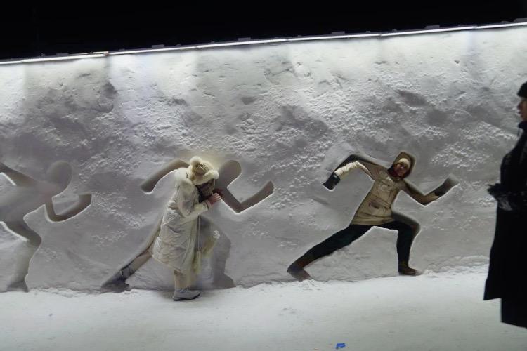 2020年12月25日,黑龍江哈爾濱,游客在雪墻里拗造型。