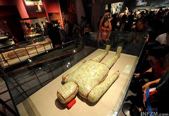 7月29日,观众在首都博物馆欣赏徐州市博物馆送展的金缕玉衣,这件西汉时代规格最高的葬服是目前所见年代最早、玉片数量最多、玉质最好、工艺最精的玉衣。