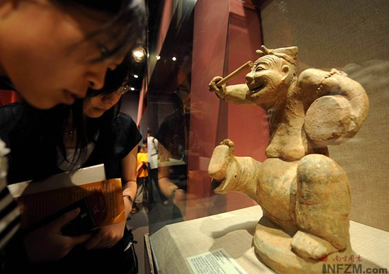 7月29日,观众在首都博物馆欣赏有2000多年历史的击鼓说唱乐俑。
