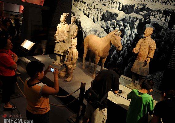 7月29日,观众在首都博物馆欣赏陕西省秦始皇兵马俑博物馆藏的兵马俑。