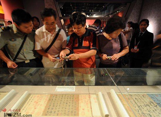 7月29日,观众在首都博物馆欣赏来自辽宁省博物馆、由唐初书法四大家之一的欧阳询晚年所书的9行78字《梦奠帖》。