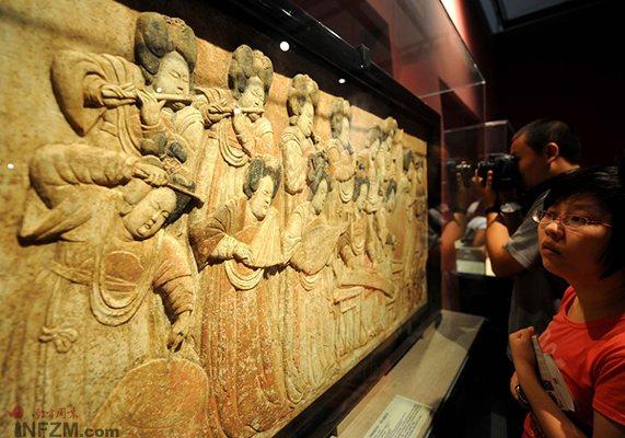 7月29日,观众在首都博物馆欣赏河北省文物研究所藏的彩绘石雕散乐图。