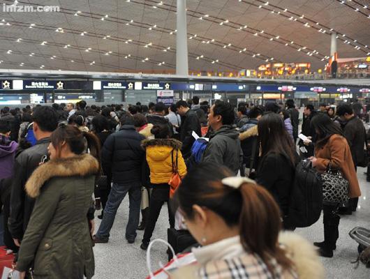 北京遇罕見大霧 首都機場航班大面積延誤15