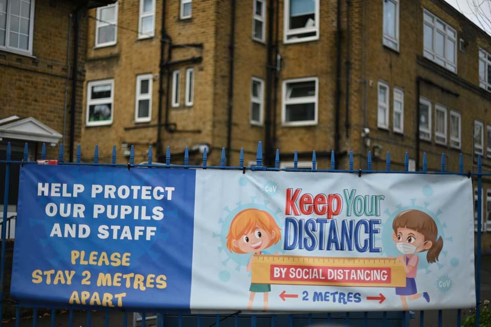伦敦所有小学改上网课