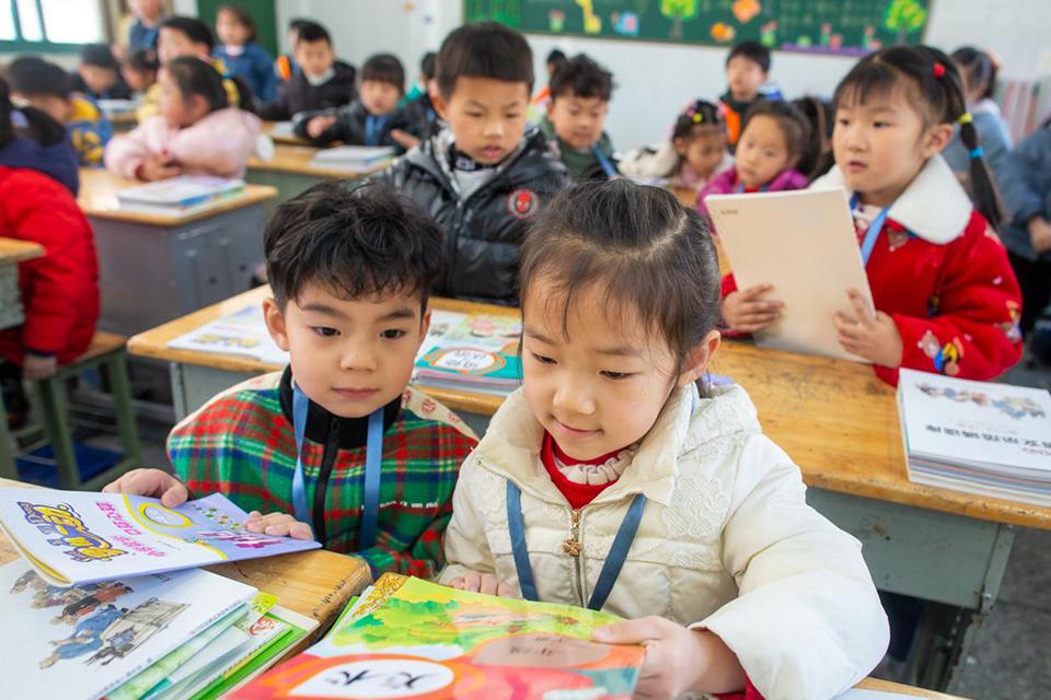 """老师们看""""批改作业令"""":家长监督不理想,""""一刀切""""或带来另一种负担"""
