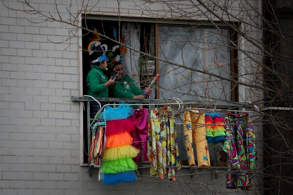 因为疫情,他们把狂欢节搬到窗边