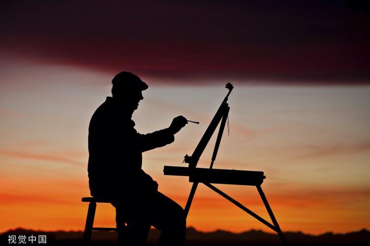 《世间笔记丨王爷求画》(图文无关)一晃又是许多年过去了,溥佐真正进入了老境,常怀念大瓦店村民对他的好。其实他心里更留恋自己在大瓦店画的那批画。