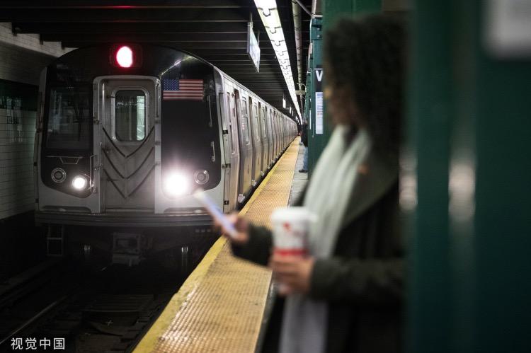 《纽约地铁的滋味》奋斗需要学习,从学习坐地铁开始。快车进站只停两分钟,车门由打开到关上只有一分钟,你当然不能推挤,你也不用礼让,上下班尖峰时段,地铁站月台上没有老弱。
