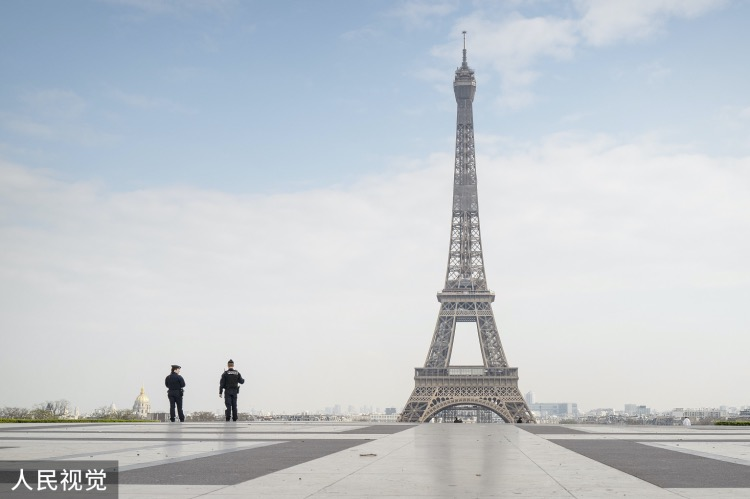 """《法語是""""最美最精確""""的語言?》更多的巴黎人對游客友好努力地講著英文,為了奧運會和吸引更多的企業投資,甚至打出了""""來巴黎吧,我們講英文""""這樣的鼓勵口號。當地時間2020年3月17日,法國巴黎,警察在埃菲爾鐵塔附近巡邏。"""