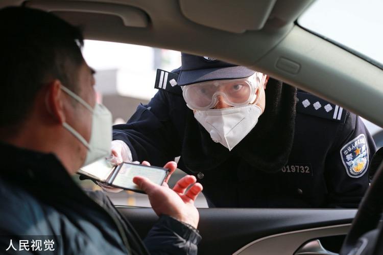 《公安部:防疫与基层建设并进》突如其来的新冠肺炎疫情,成为公安部年初遇到的最大考验。图为2020年2月9日,青岛胶州湾大桥南收费站出口处,一名民警对重点车辆进行仔细盘查。