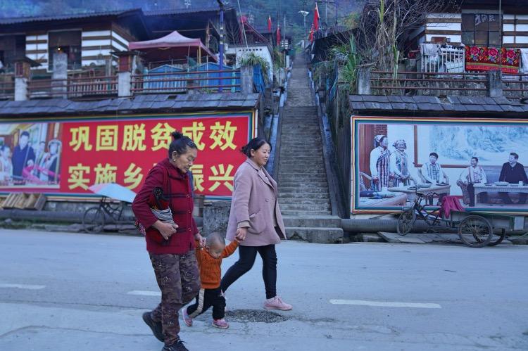 """《民政部:脫貧""""收官"""",""""把底兜住""""》對于民政部而言,2020年還是兩項重點工作的""""收官之年"""",一是脫貧攻堅,二是養老服務質量提升專項行動。圖為2020年12月22日,云南怒江州獨龍江鄉孔當村的新房子。"""