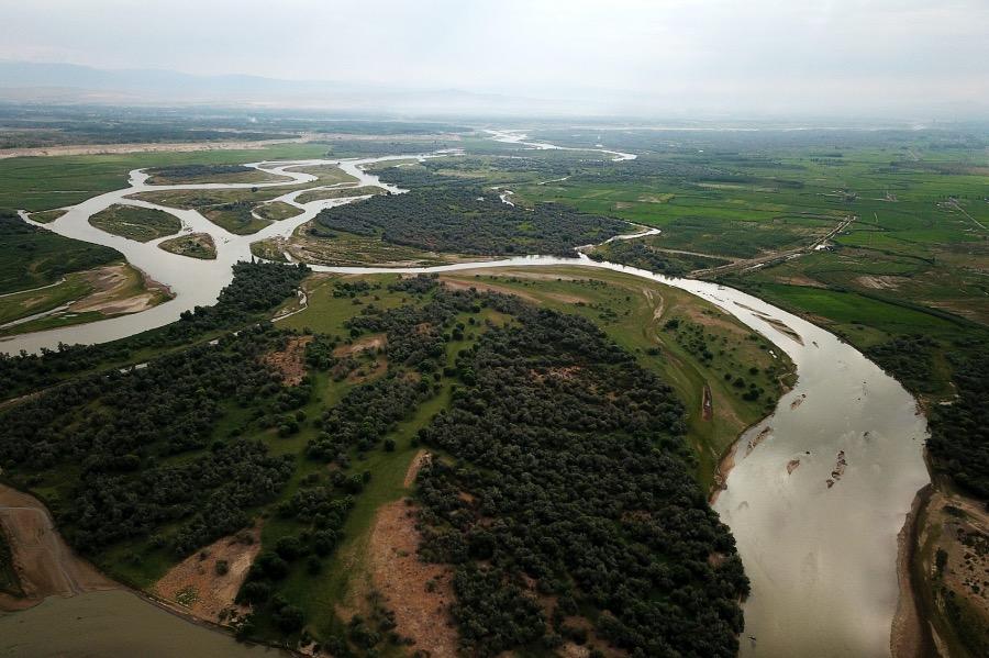 """《邊地童話丨河邊上的對話》(圖文無關)河里的濕氣涼氣彌散開來,蘆葦叢里的蚊蚋也開始出動,偶爾,河面上響起幾聲""""撲喇撲喇""""的響動,不知道是哪條不安分的大魚攪的。圖為伊犁河,這是一條跨越中國和哈薩克斯坦的國際河流。"""
