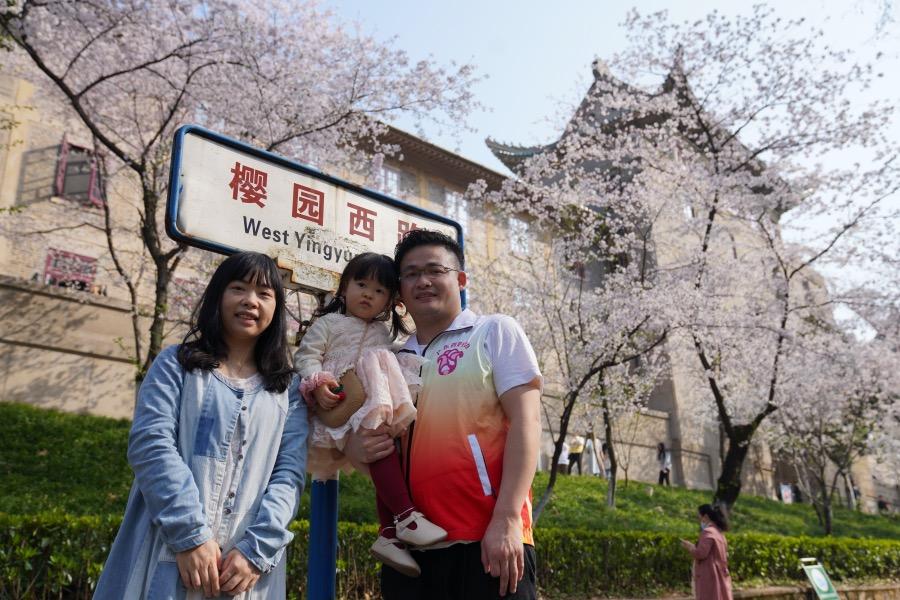 2021年3月14日,广东省妇幼保健院的欧剑光带着妻子和小孩在武汉大学看樱花。