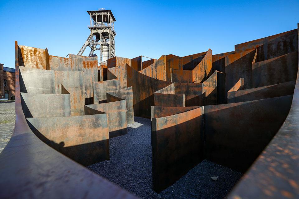 """比利時舊礦區里的鋼板""""迷宮"""""""