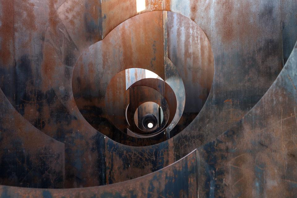 """比利时旧矿区里的钢板""""迷宫"""""""