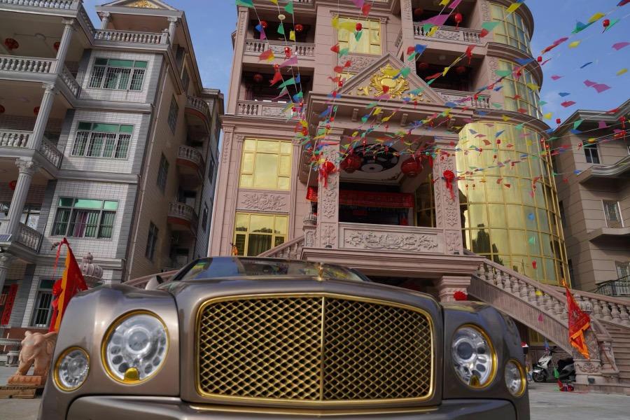"""豪车与豪宅的主人从事珠宝生意,据知情的当地人描述,他平时亮相""""全身上下的衣服都是金灿灿的""""。"""
