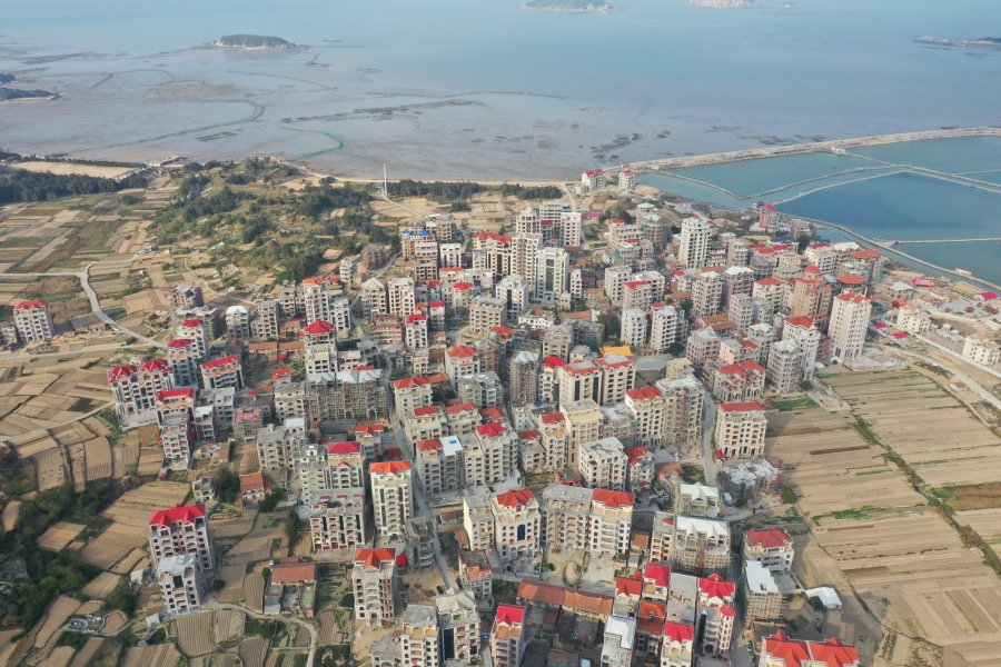莆田北高镇的豪宅以欧式风格建筑居多,为了讨吉利,多数屋顶被刷成了红色。