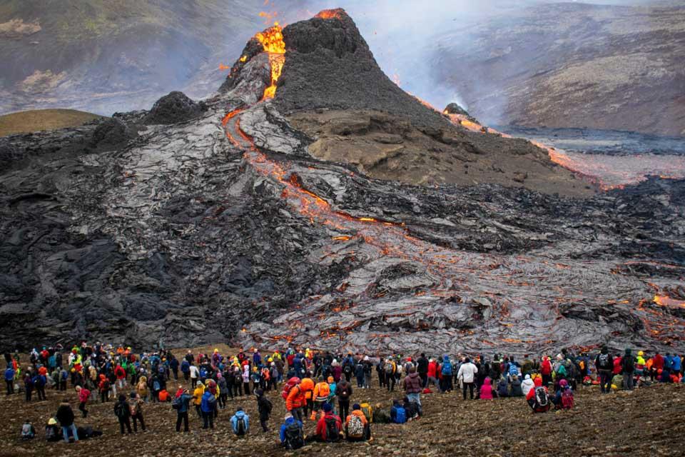 登山圍觀火山噴發
