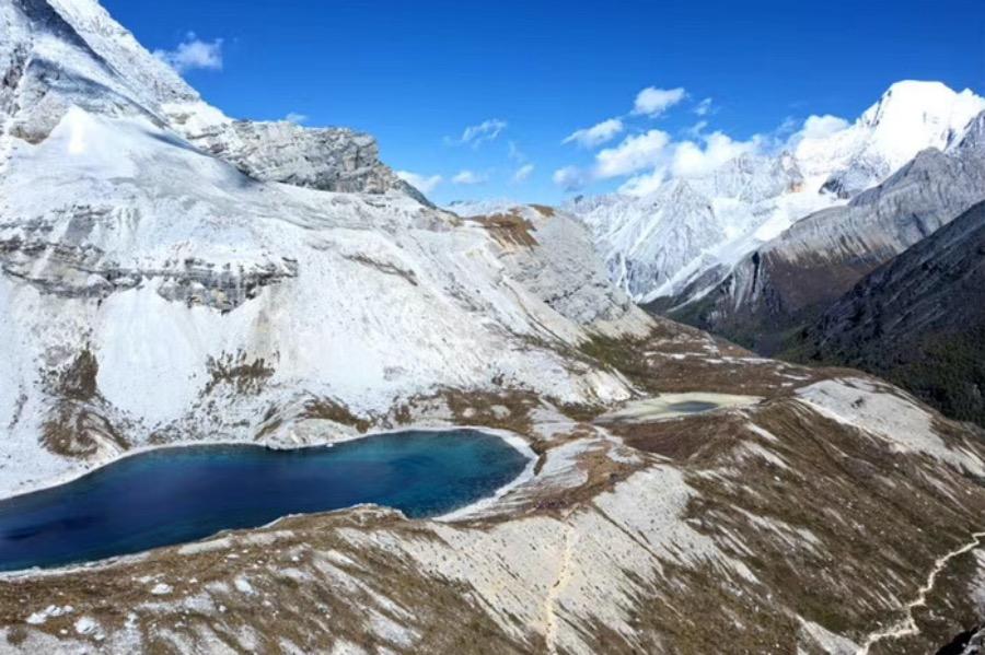 """《納人""""無量山河""""是個隱喻: 人類形塑世界又為世界所形塑》位于東經97°至103°之間的橫斷山區中有無數高脊和深谷。圖為四川稻城亞丁。"""