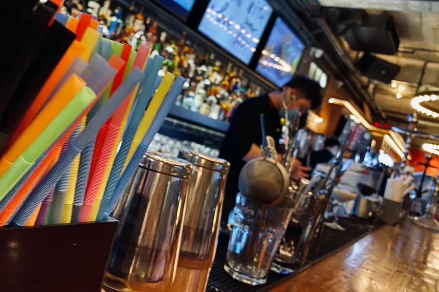 《吃酒去   你在酒吧找什么》(圖文無關)我們究竟在酒吧尋找什么呢?和那些尋找邂逅或買醉的人不同,我和那些個愛喝的朋友們,都期待著學到一點關于酒的知識,獲得幾十分鐘徹底放松的時間。