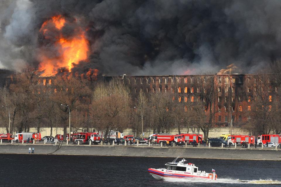 圣彼得堡一老建筑被焚毁