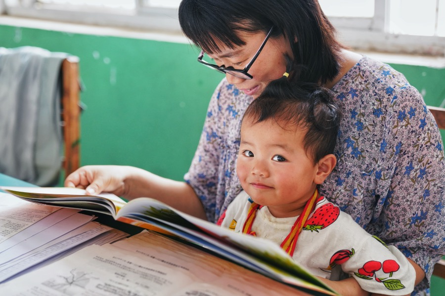 《阅读:重在训练自己的判断力,感受不同国度、时代和人格的精神风貌》善于阅读者从普通作品中所汲取的,可能也远过他们从传世经典中所得到的收获。图为河南商丘一处乡村小学,正在进行亲子阅读的学生和家长。