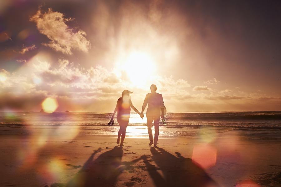 《爱情意识流|分分合合》(图文无关)现代潮流尊重别人的个性,发展自己的个性,婚姻不是无条件投降,而是有条件合作,没人能像打破泥人一样把她的人格打碎,由你掺进泥沙重塑一个。