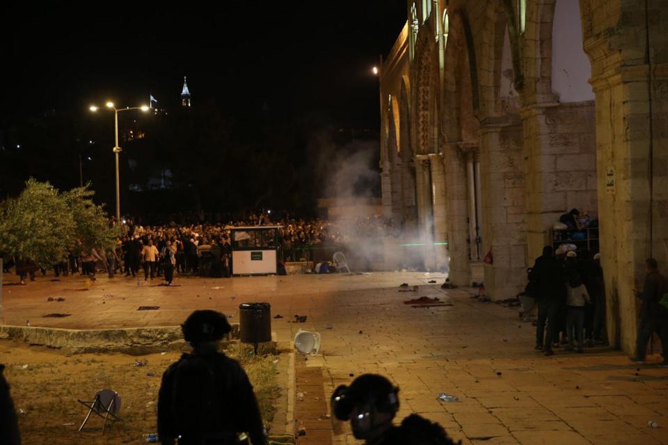 巴以发生冲突致上百人受伤