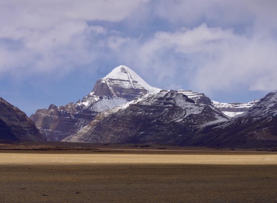 冈仁波齐峰形状像金字塔,与周围的山峰对比起来迥然不同。