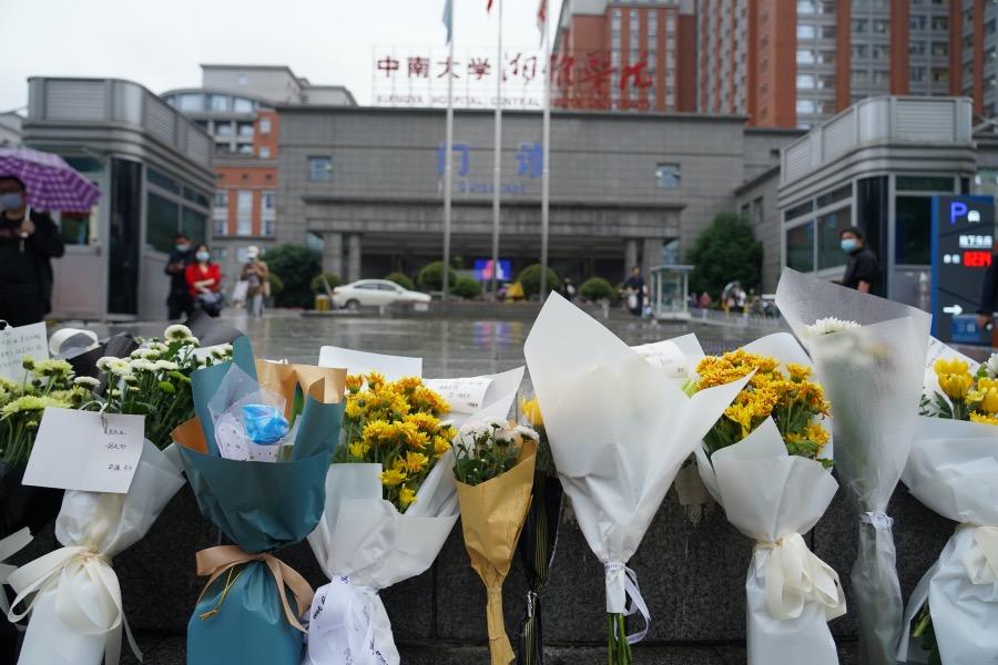 2021年5月22日下午,長沙湘雅醫院大門外擺放了數十束鮮花。人們得知袁隆平院士逝世的消息后,自發前來悼念他。