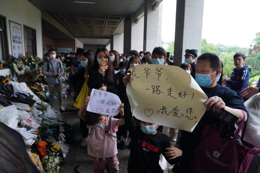 2021年5月23日,長沙明陽山殯儀館,前來送別袁隆平院士的市民絡繹不絕,現場不乏家長領著孩子的身影。