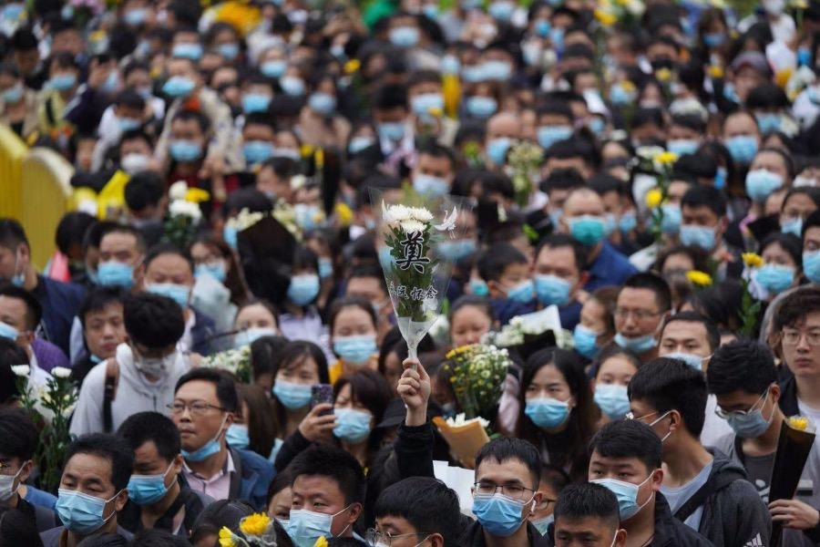 2021年5月23日,長沙明陽山殯儀館,前來送別袁隆平院士的市民絡繹不絕,隊伍最長的時候將近兩公里。3