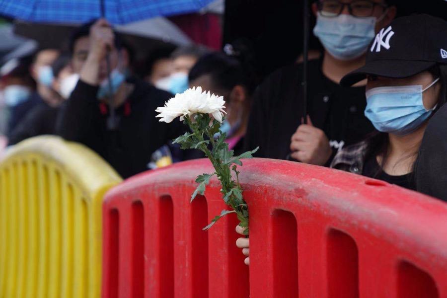 2021年5月23日,長沙明陽山殯儀館,前來送別袁隆平院士的市民絡繹不絕,人們有序安靜地沿著馬路向殯儀館走去。