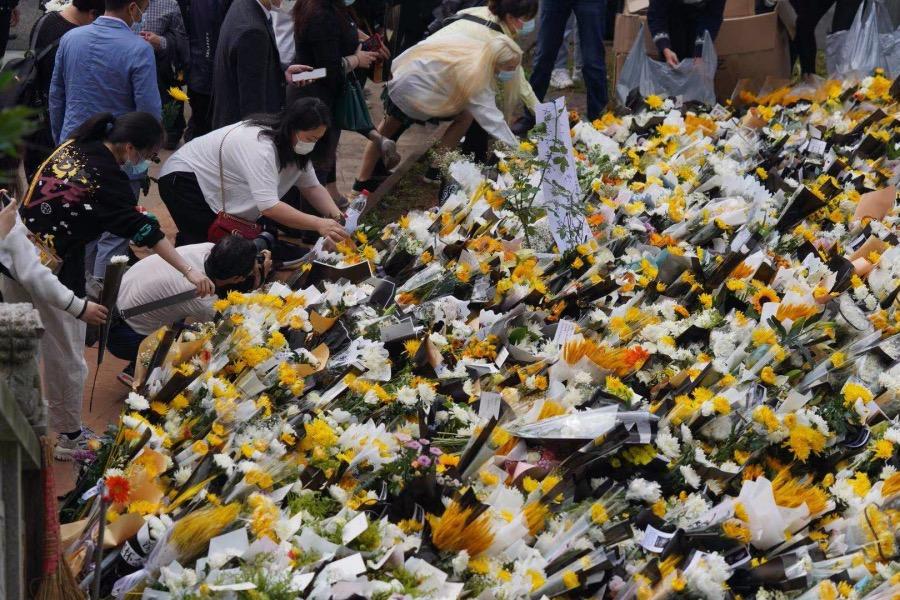 市民前來送別袁隆平院士,長沙明陽山殯儀館銘德廳入口處鮮花匯聚成海。