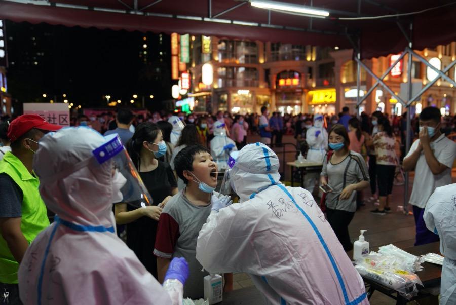 2021年5月26日,廣州荔灣,正在接受核酸檢測的市民。