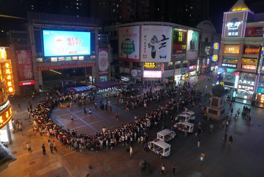 2021年5月26日,广州荔湾,市民在上下九广场排队,等候接受核酸检测。