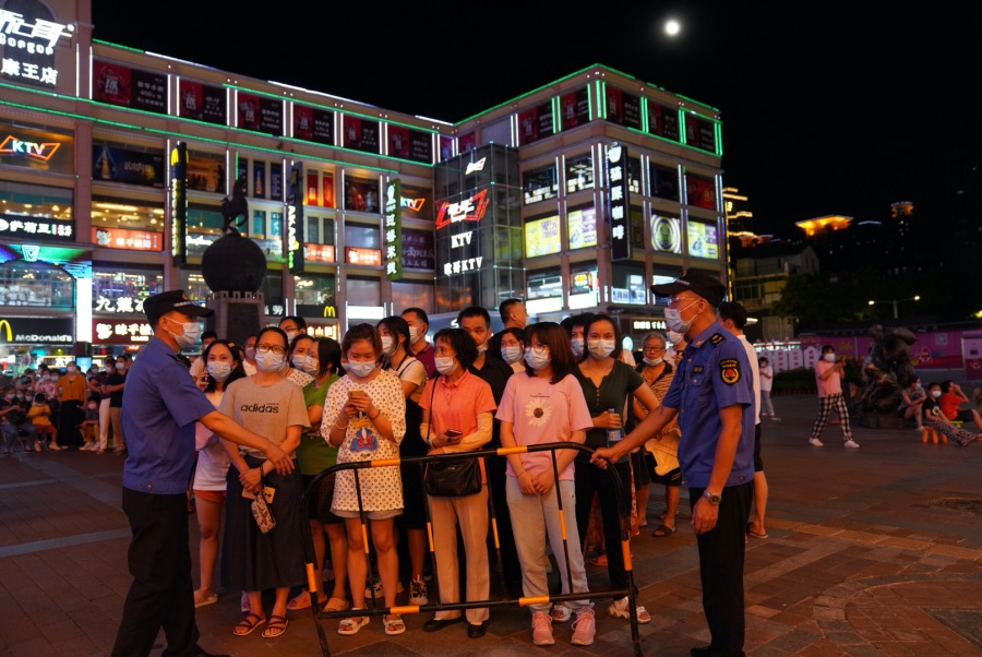 2021年5月26日,广州荔湾,工作人员用铁栏杆对排队接受核酸检测的市民分批放行。
