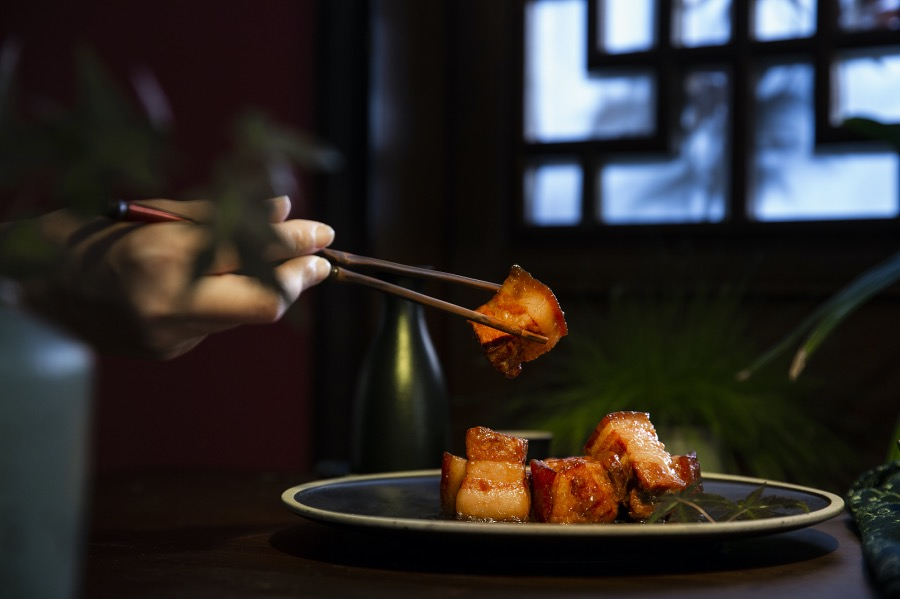 """《東坡肉、煎餅…… 從法國菜中吃出""""中國味""""》(圖文無關)端來一看,色澤鮮亮,外焦里嫩,嘗一口,肉質松軟,汁料入味,恍惚間吃到了外婆做的東坡肉,甜絲絲又仿佛年夜飯里的冰糖元蹄。"""