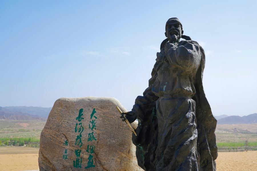 """《唐代五詩人   王維詩名冠代之由》任何統治者都喜歡""""溫和""""""""純粹""""之藝術,即便王維詩沒有宗教因素,僅憑沖淡平和、超然世外的詩風也可以獲得激賞。圖為中衛沙坡頭王維塑像。"""