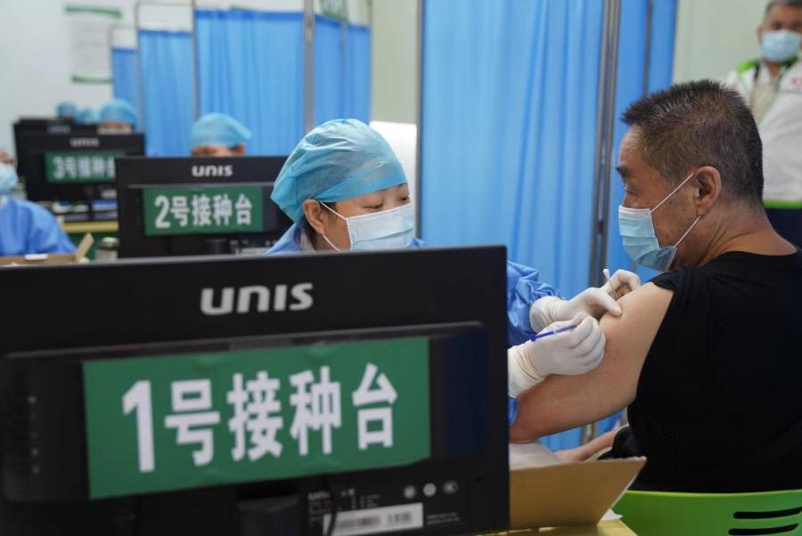2021年5月30日,广州市海珠区的一个新冠病毒疫苗接种点,老师们正在接受疫苗接种。