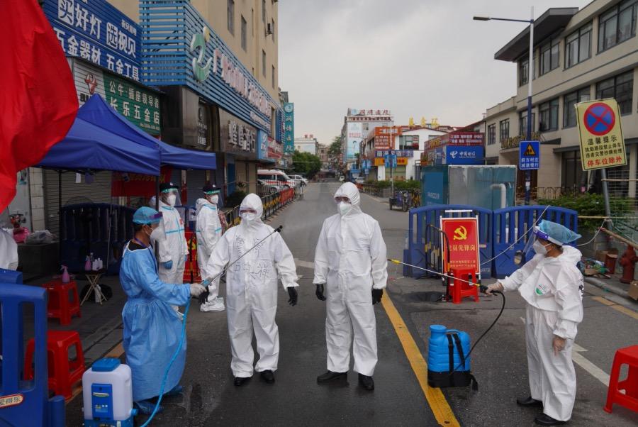 2021年6月2日,防疫人员对进出海南村的人员进行消毒。