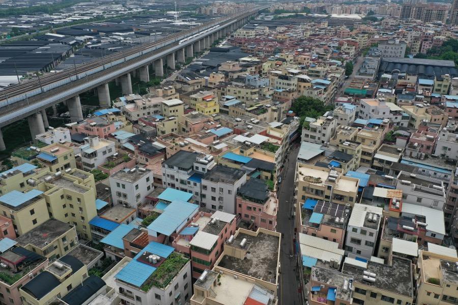 2021年6月2日,航拍实行封闭管控的广州荔湾区白鹤洞街海南村。