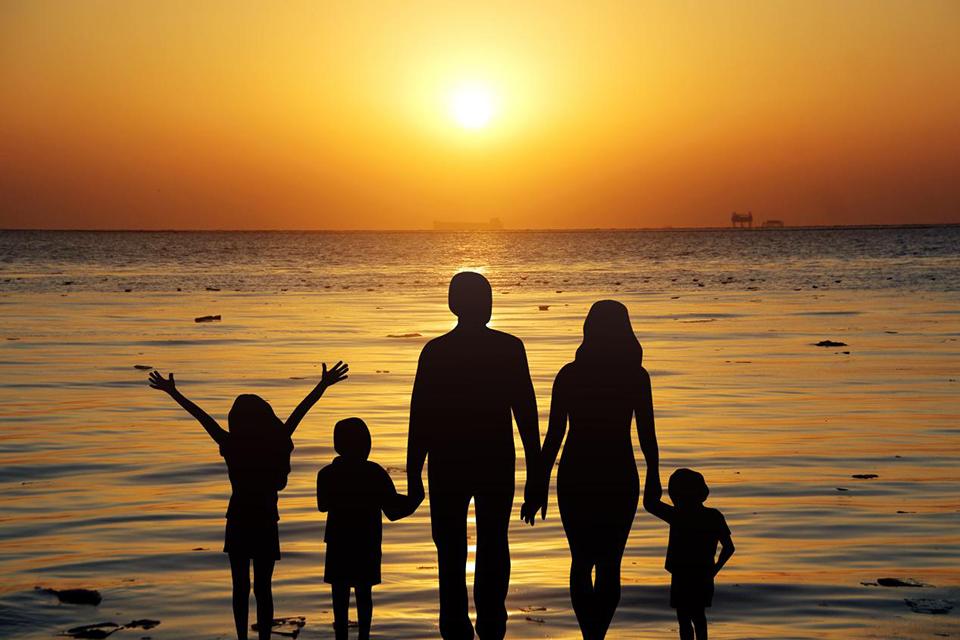"""人口学家眼中的""""三孩""""时代:要让母亲实现家庭和职场兼得"""
