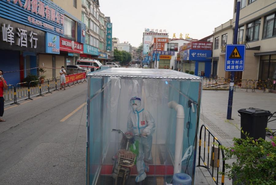 2021年6月2日,广州荔湾区白鹤洞街海南村,由于该地区调整为高风险,防疫人员进出需要消毒。